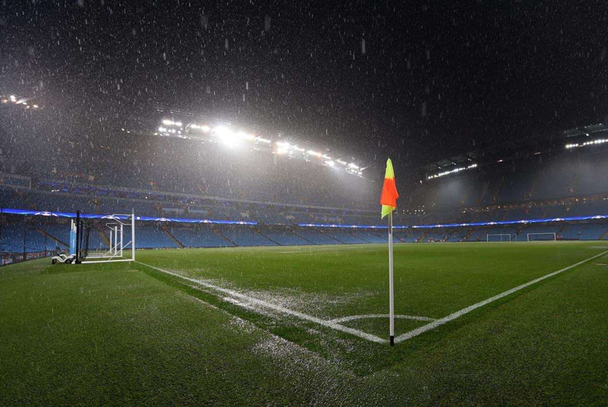 Kulmalippu sateisella stadionilla.