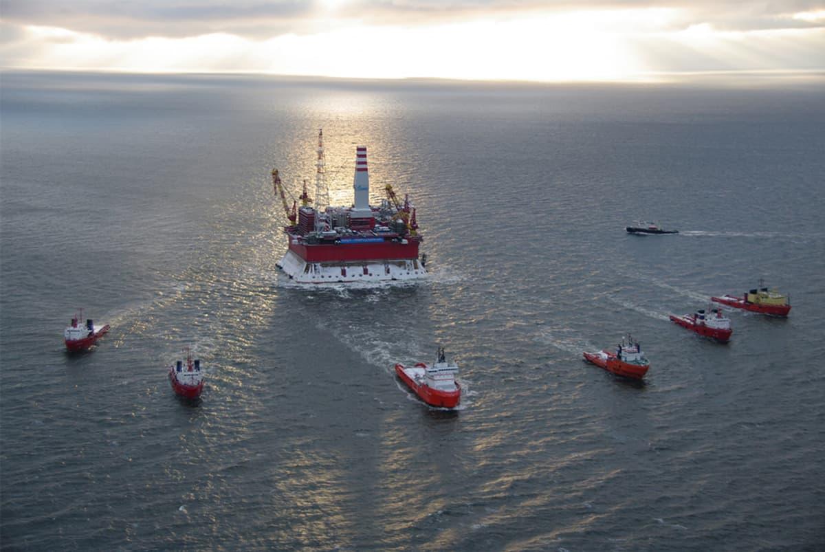 Prirazlomnaja-kaasunporauslauttaa hinataan merellä.