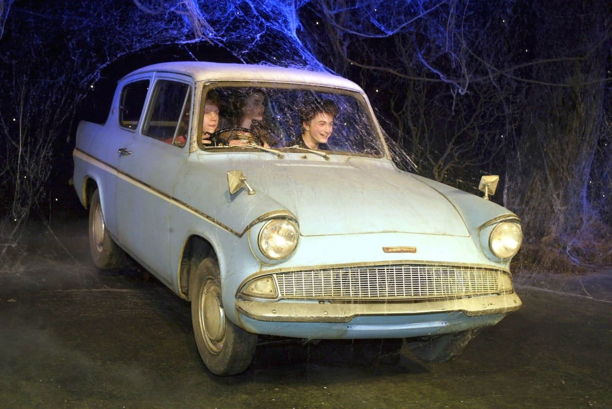 Velhokolmikko Lentävässä Ford Anglia -autossa.
