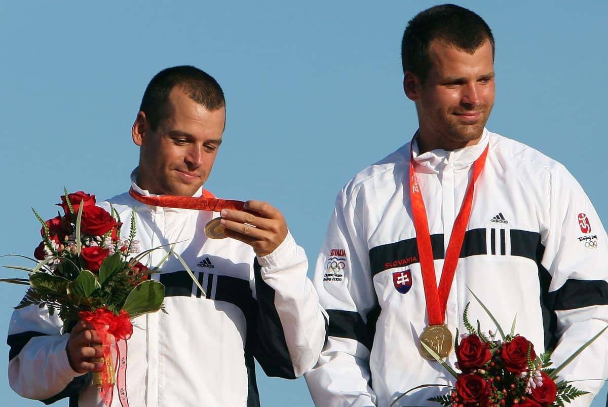 Pavol ja Peter Hochschorner pokkaamassa kolmatta peräkkäistä olympiakultaansa Pekingissä 2008.
