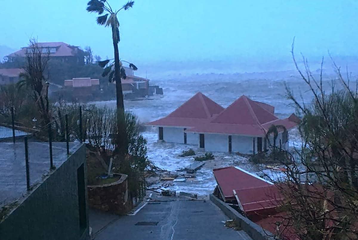 Tulvan saartamia taloja Saint-Barthelemyn saarella, Gustaviassa 7. syyskuuta.