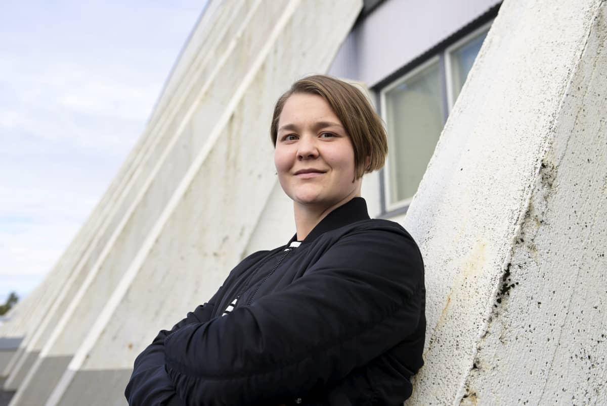 Maalivahti Anni Keisala kuvattuna Hakametsän jäähallin edustalla.
