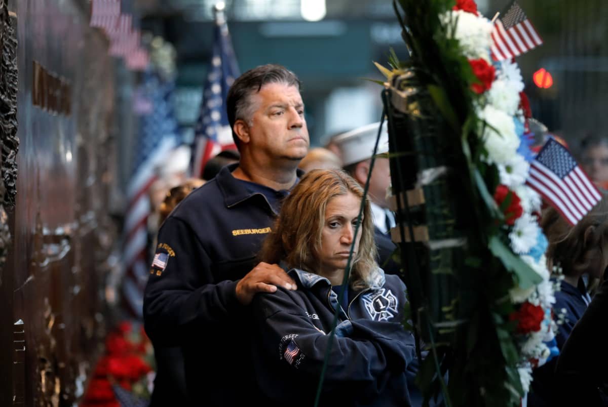 Palomies Rob Seeburger New Jerseystä vaimonsa Rosen kanssa menehtyneiden muistotilaisuudessa.