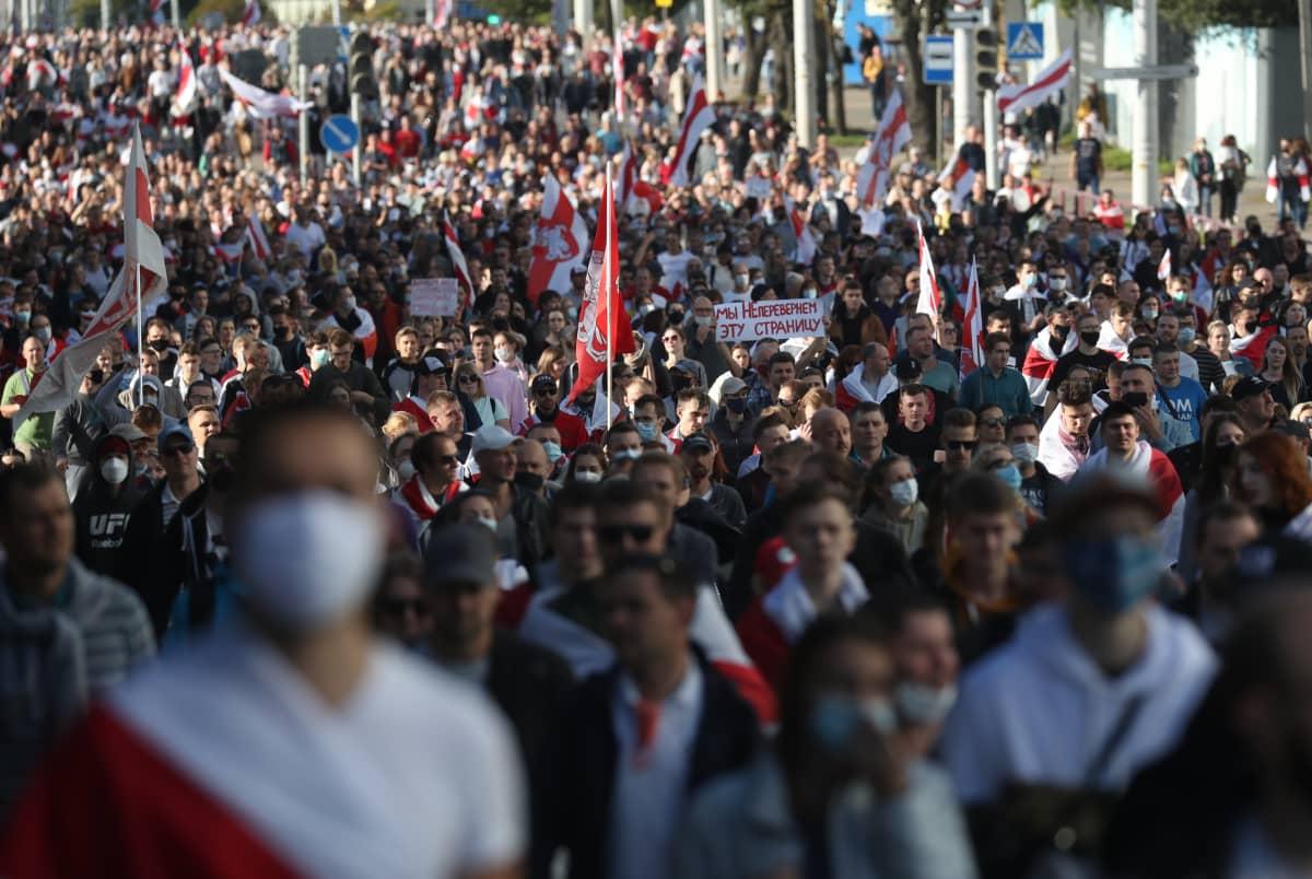 Muutoksen puolesta. Useat tuhannet ihmiset marssivat jälleen sunnuntaina 20. syyskuuta presidentti Aleksandr Lukashenkon hallintoa vastaan.