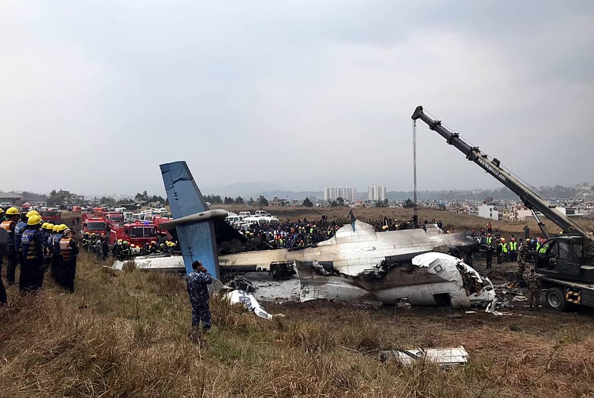 Tuhoutunut lentokone Kathmandun lentokentällä