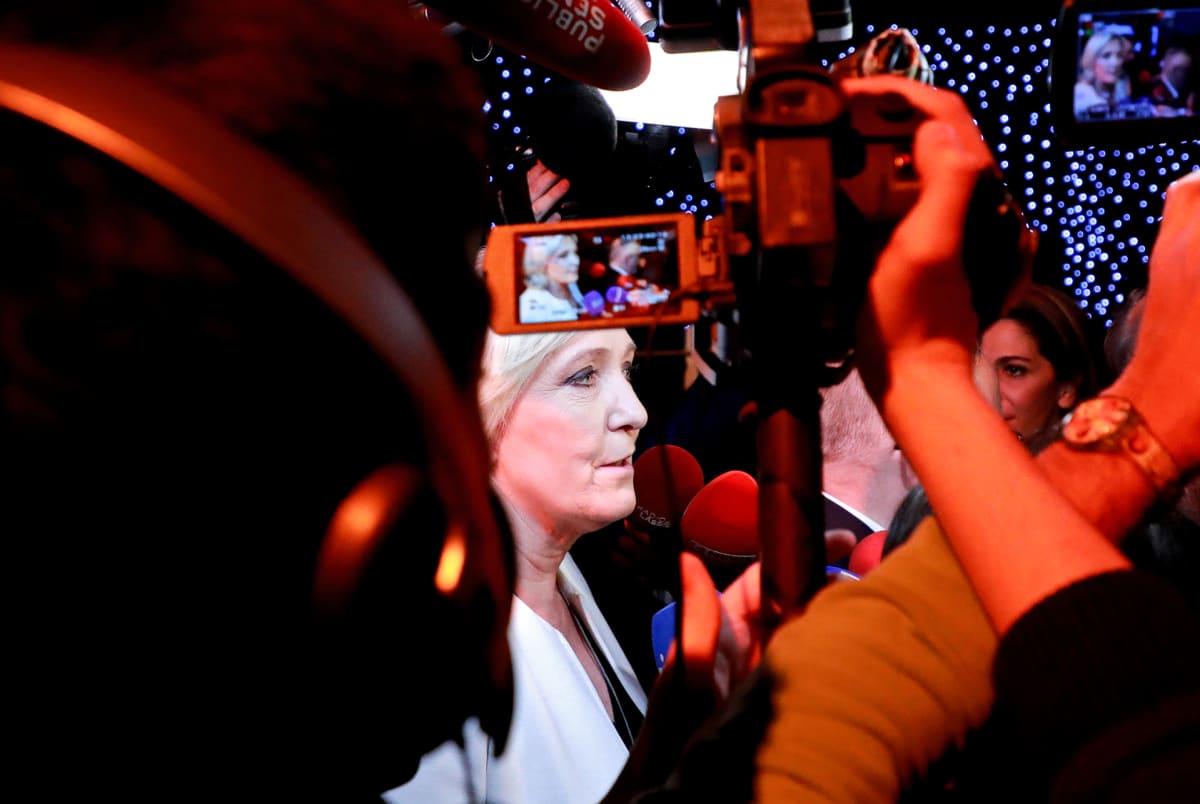 Marine Le Pen  puhuu medialle 26. toukokuuta.