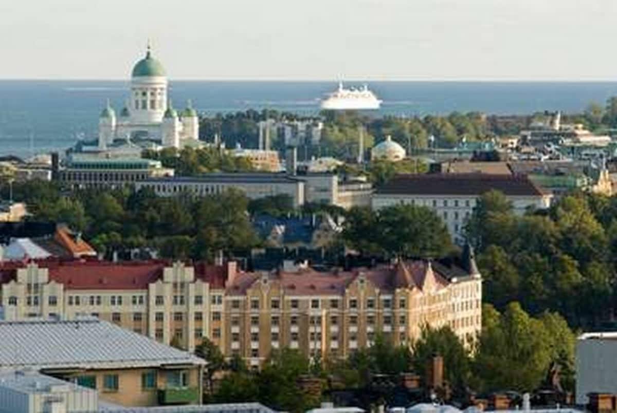 Maisemakuvassa Tuomiokirkko, meri ja keskustan rakennuksia.