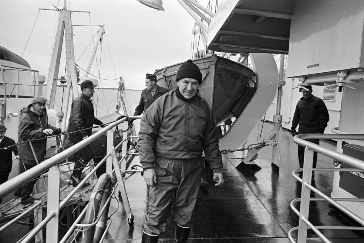 miehiä laivan kannella