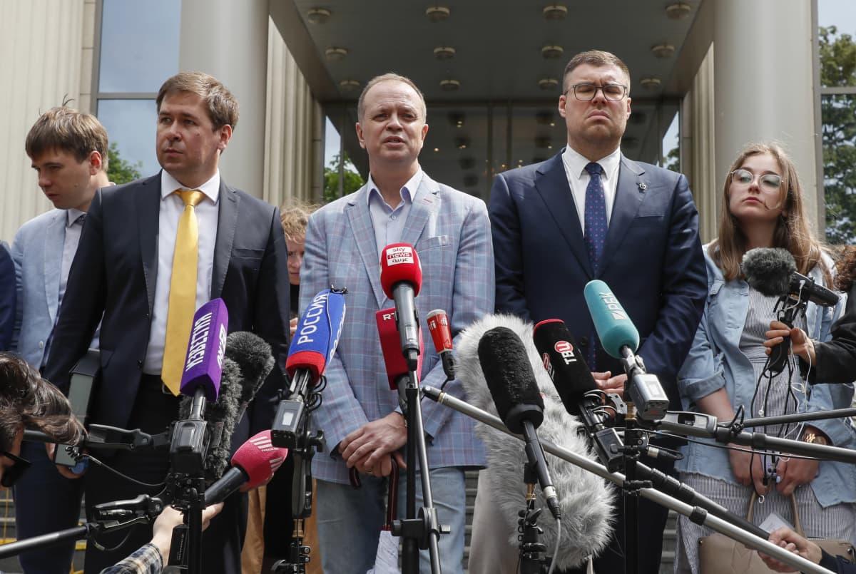 Evgeny Smirnov, Ilya Novikov, Ivan Pavlov, Vladimir Voronin ja Valeria Vetoshkina puhuvat medialle Moskovan oikeustalon edustalla.