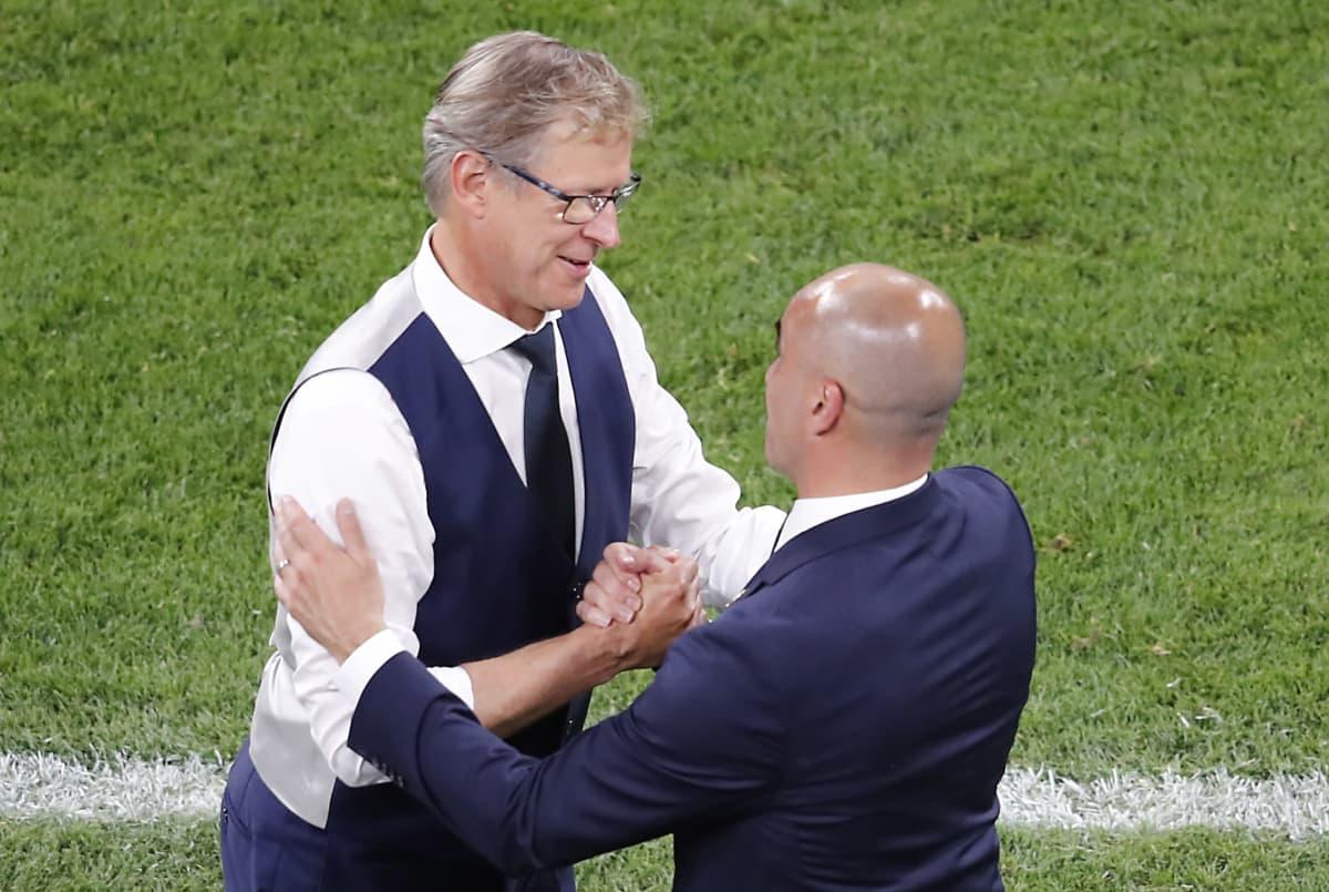 Markku Kanerva skakar hand med Roberto Martinez.