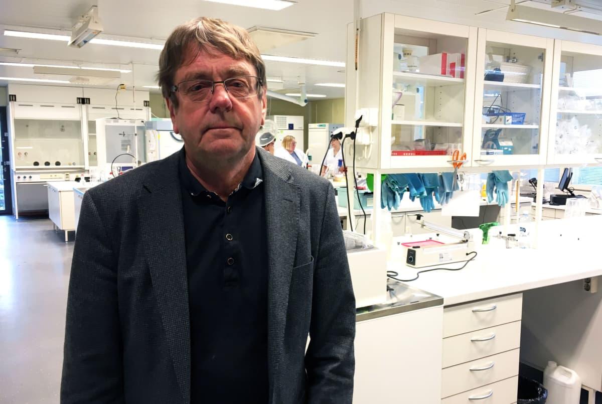 Seinäjoen alueen johtava hygieenikko Seppo Kangas Seilab -laboratoriossa.