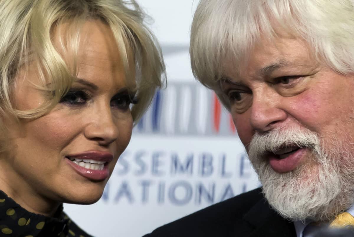 Pamela Anderson ja mertensuojelujärjestö Sea Sepherdin perustaja Paul Watson.