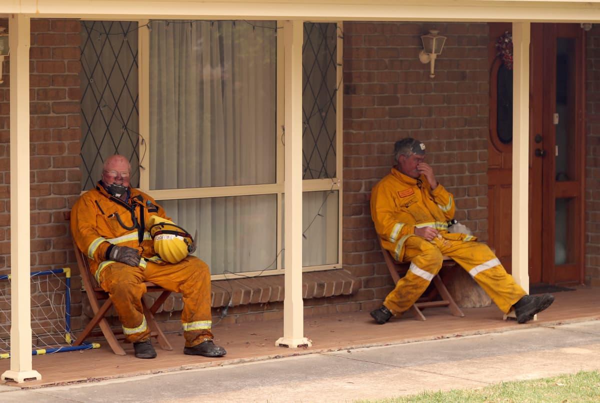 Palomiehet tauolla Australiassa.