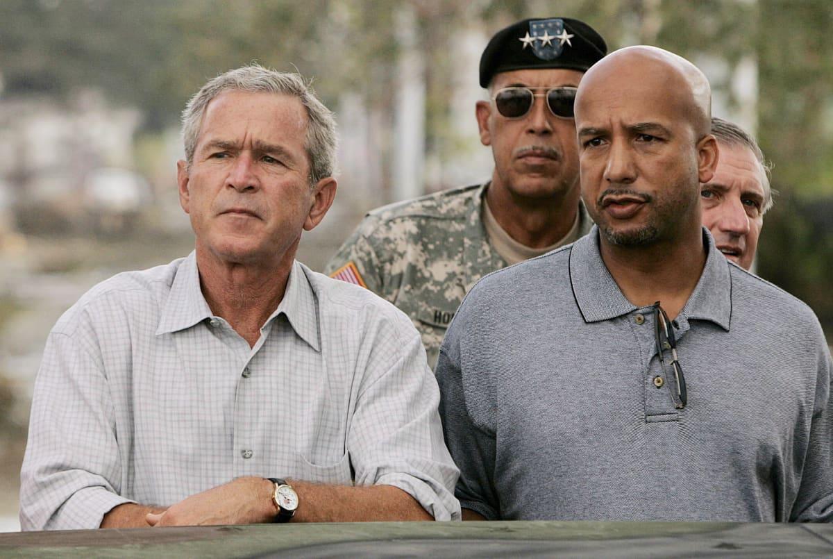 George W. Bush vieraili tuhoalueella kaksi viikkoa myrskyn jälkeen New Orleansin pormestarin Ray Naginin kanssa.