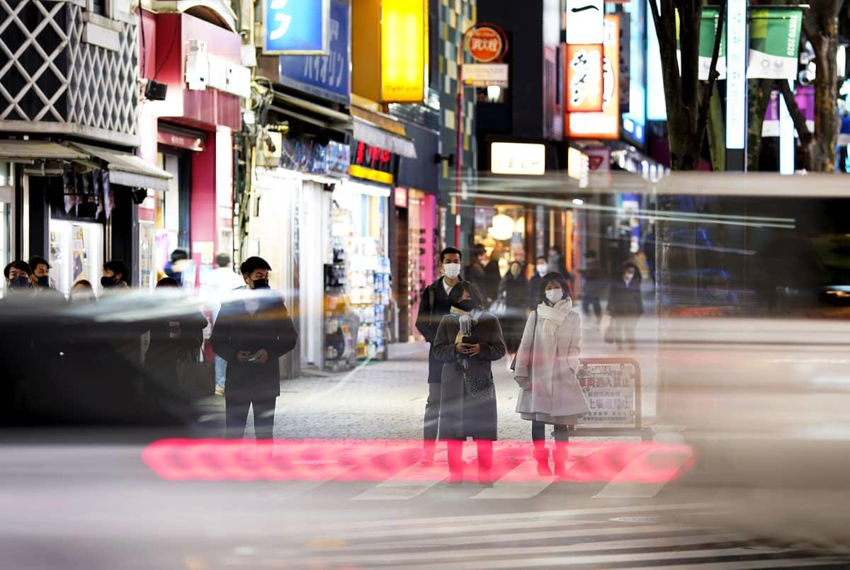 Ihmisiä kadulla Tokiossa.