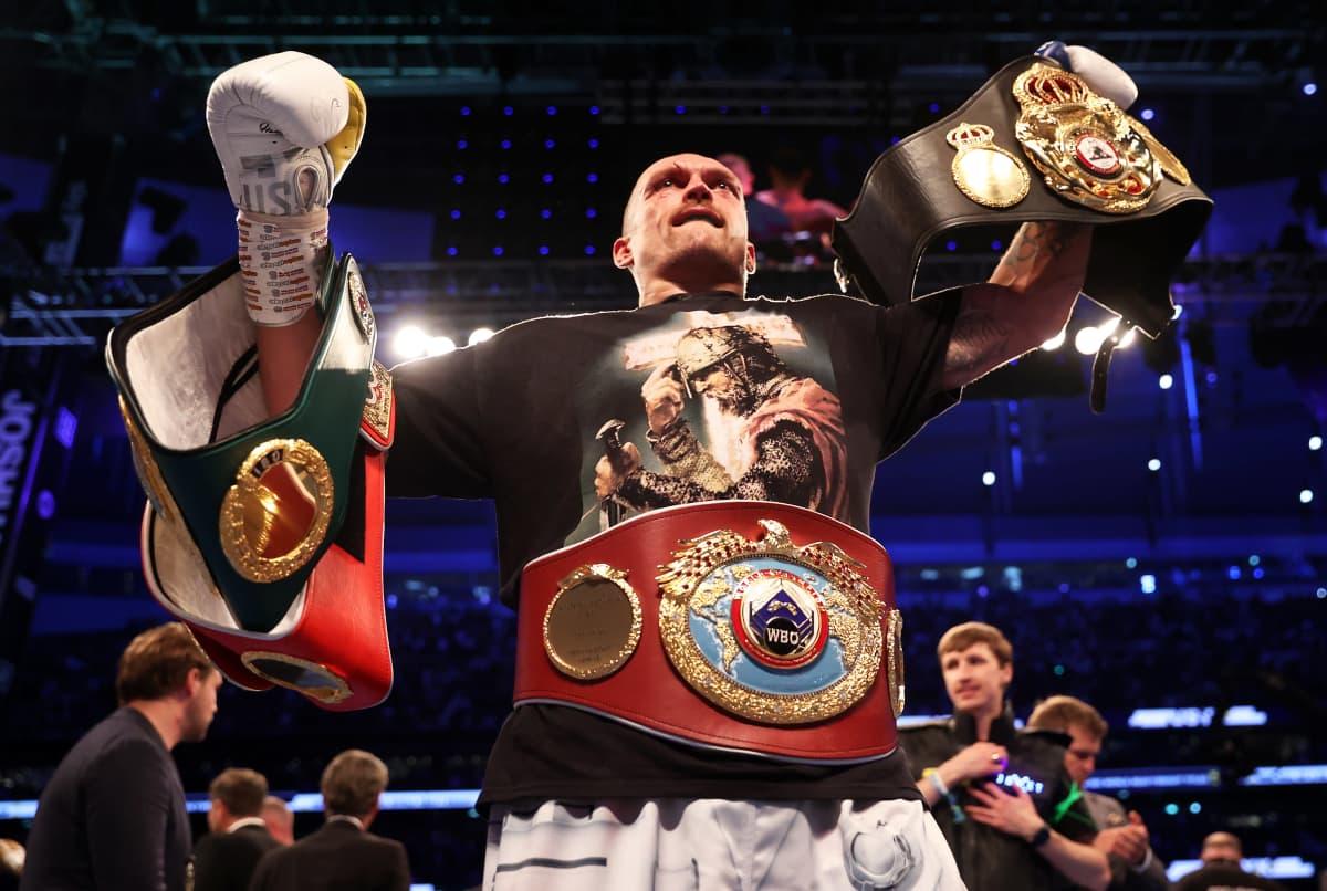 Oleksandr Usyk juhlii voittoa mestaruusvöiden kanssa.