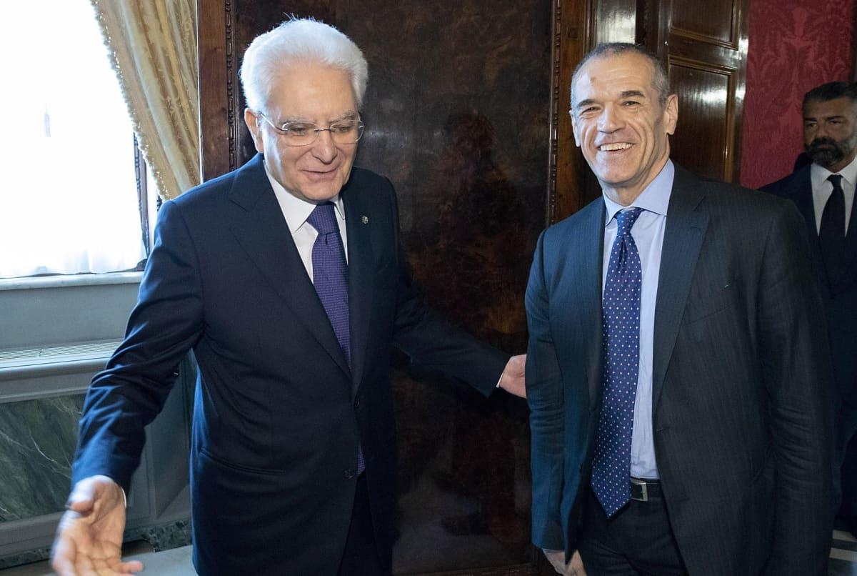 Presidentti Sergio Mattarella (vas.) ja pääministeriehdokas Carlo Cottarelli.