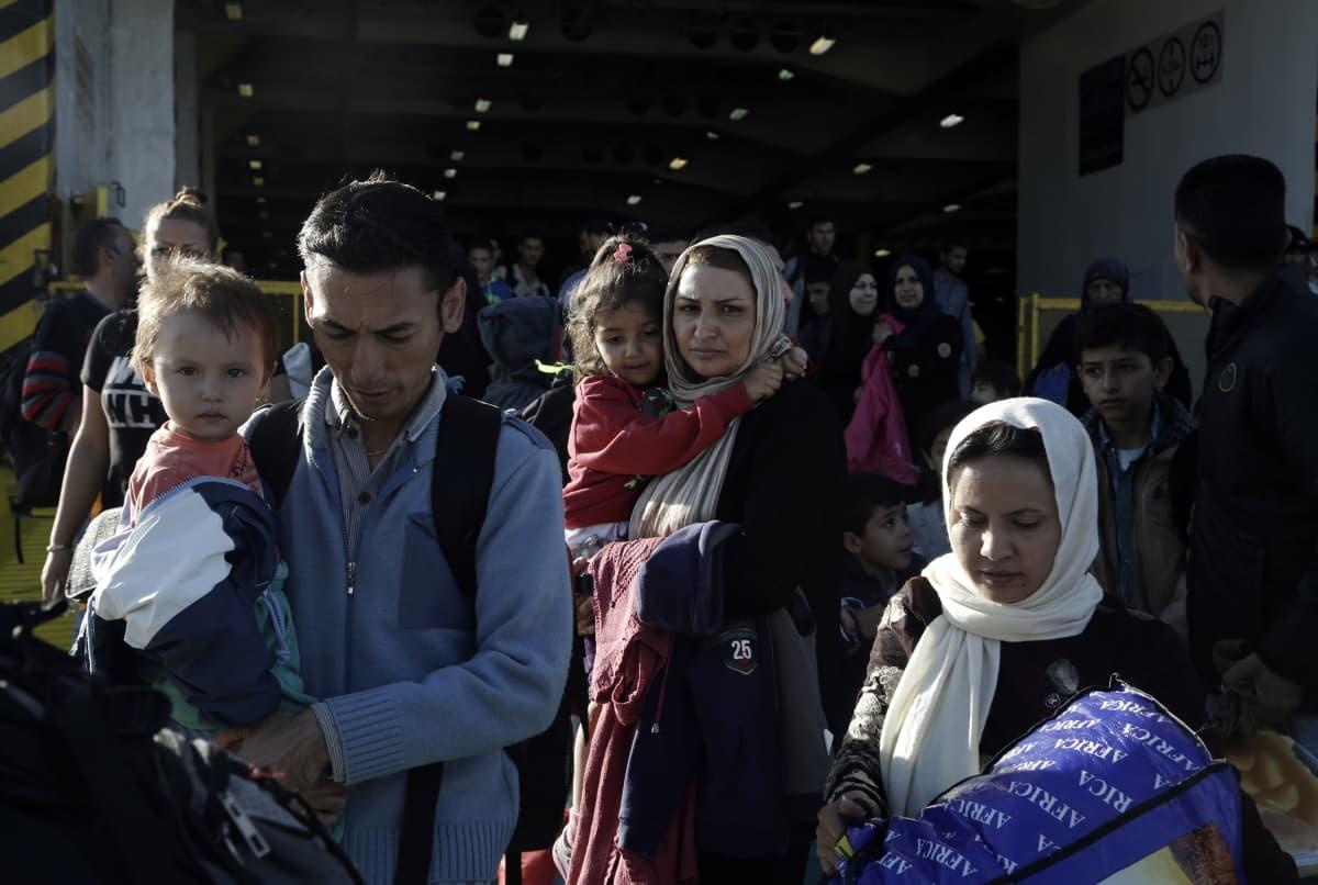 Kreikkaan tulleita pakolaisia Pireuksen satamassa