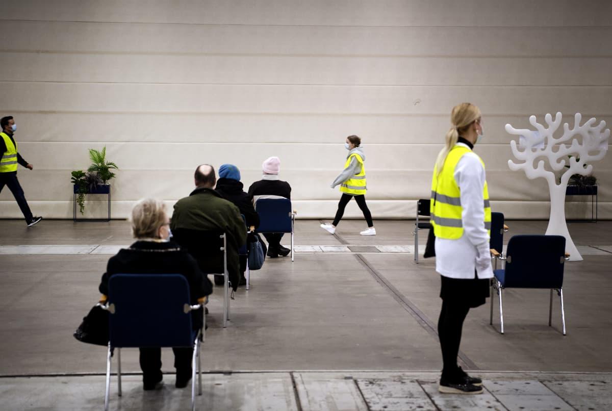 Asiakkaat jonottavat odotustilassa koronarokotukseen Messukeskuksessa.
