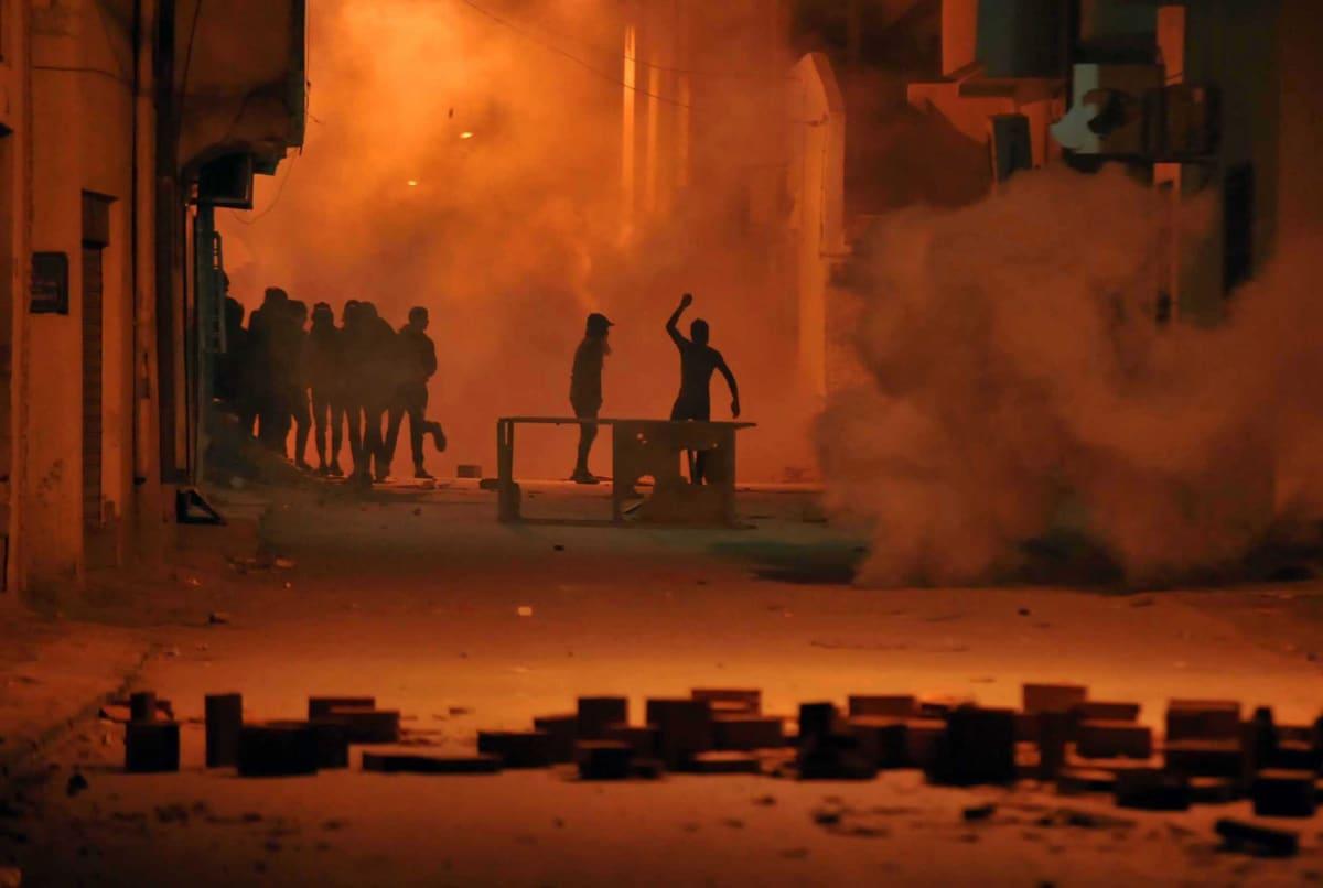 Mielenosoittajia Tunisiassa.
