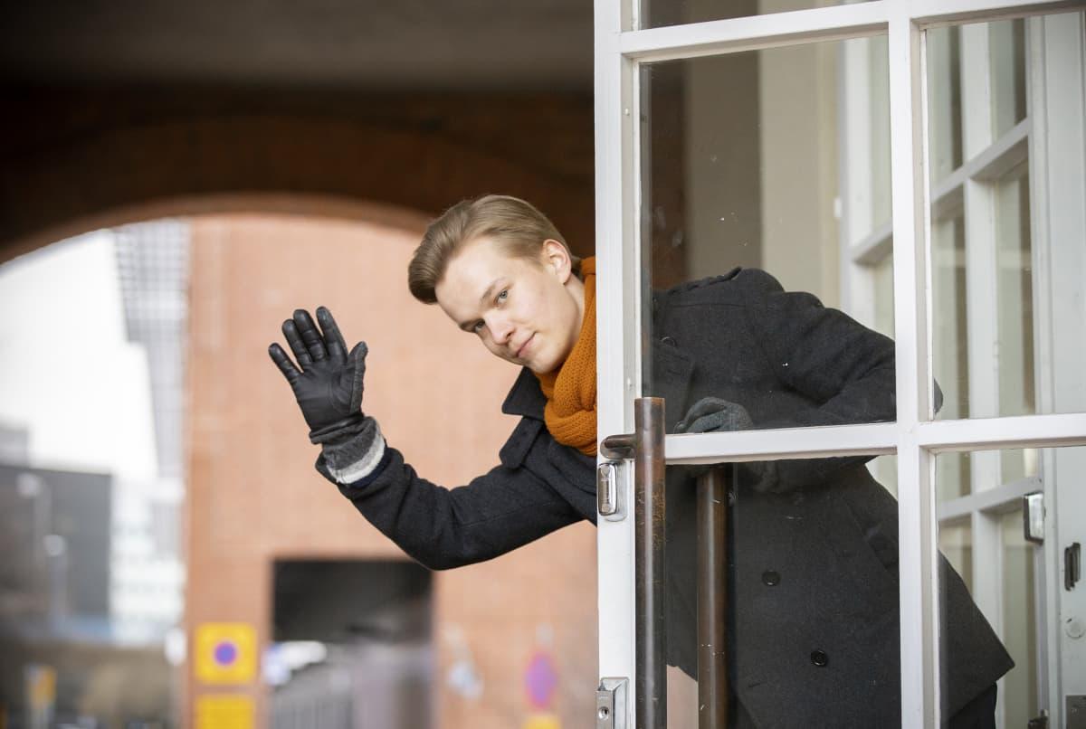 Elias Pitkänen vilkuttaa ovelta