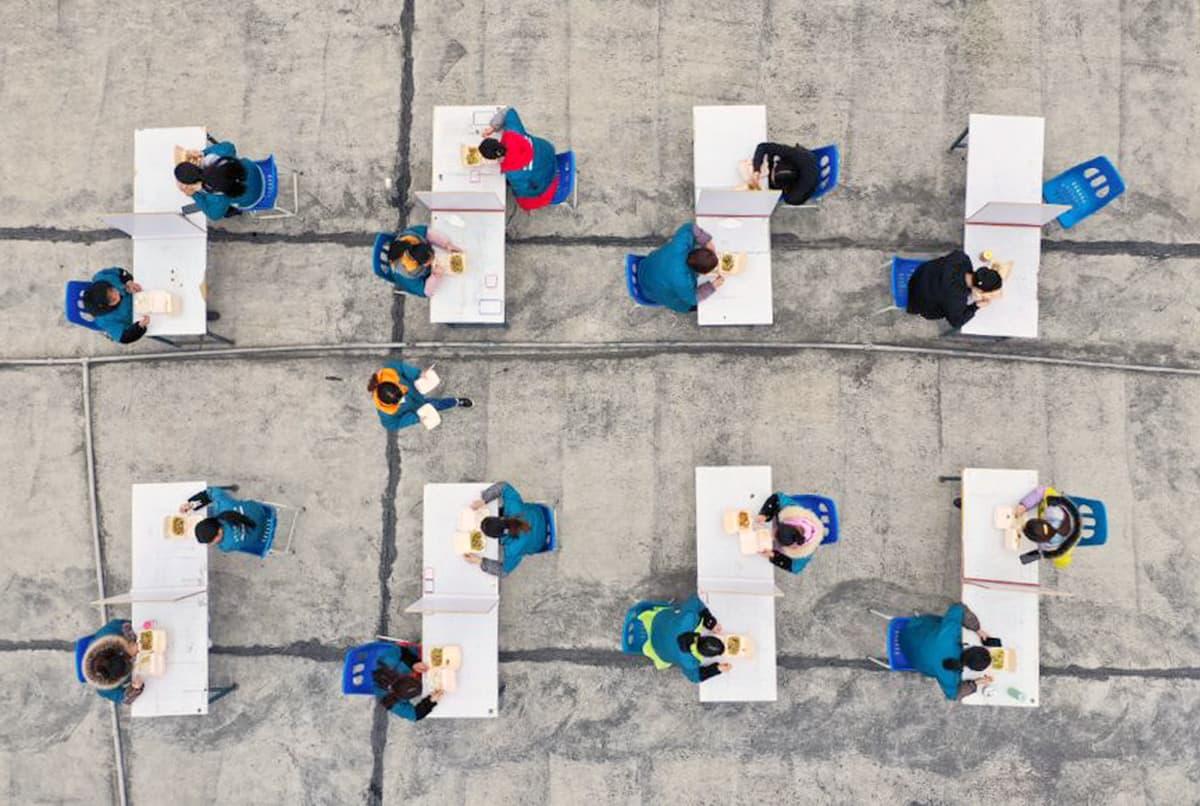 Elektroniikkatehtaan työntekijöitä lounastauolla Kiinan Suiningissa.