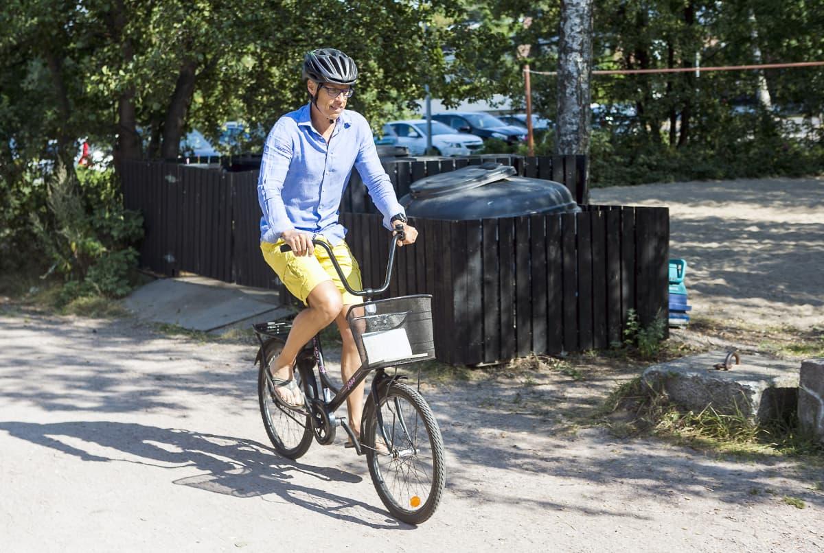 Alexsander Stubb saapuu tiedotustilaisuuteensa polkupyörällä.
