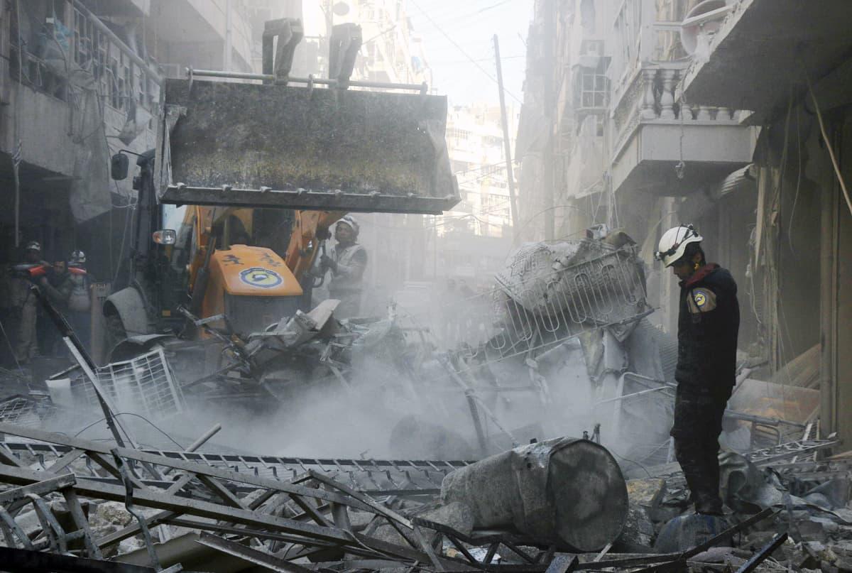 Syyrialaiset pelastusmiehet etsivät eloonjääneitä Aleppon pohjoispuolella.