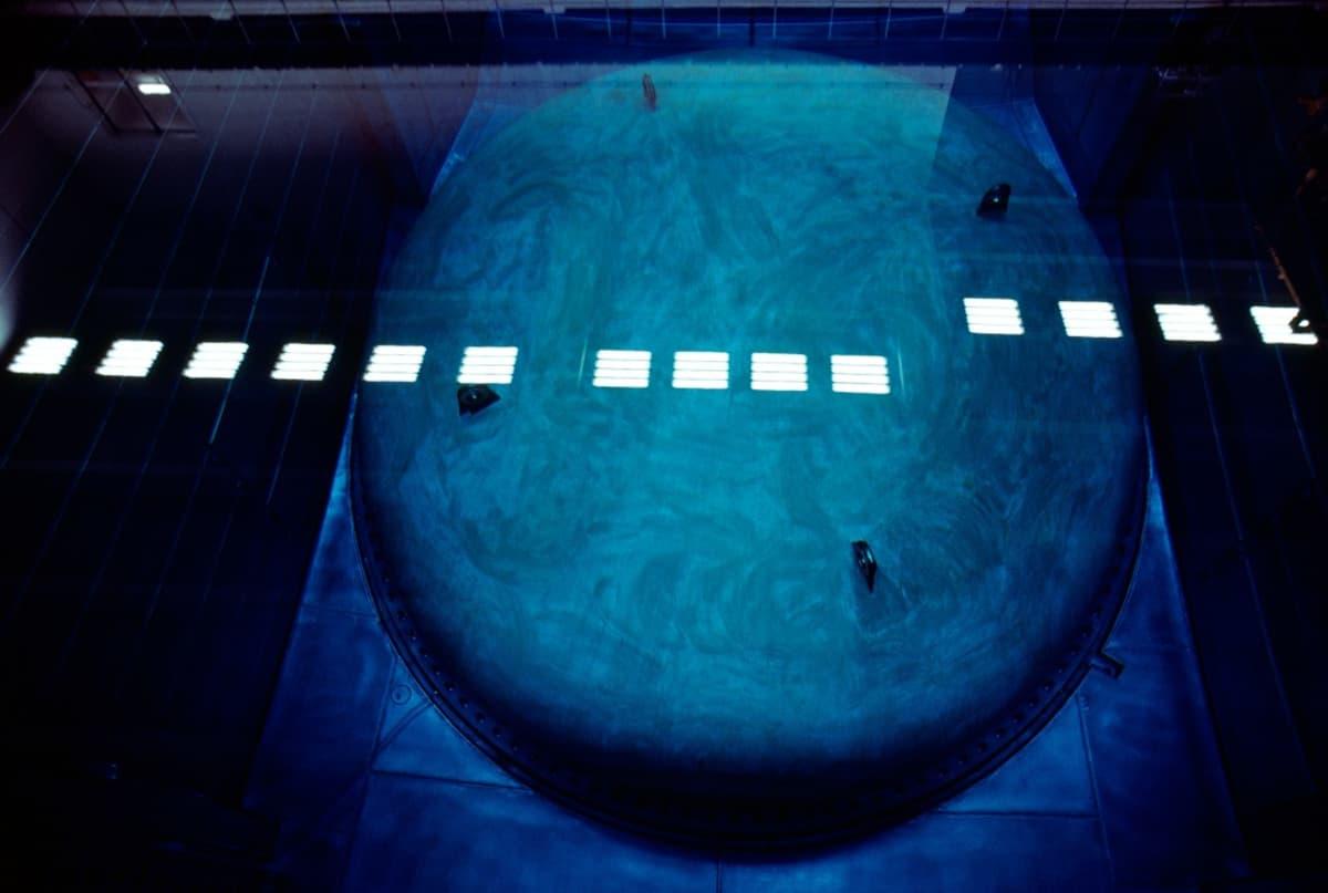 Sinisävyinen kuva ylhäältä päin reaktoriastiaan.