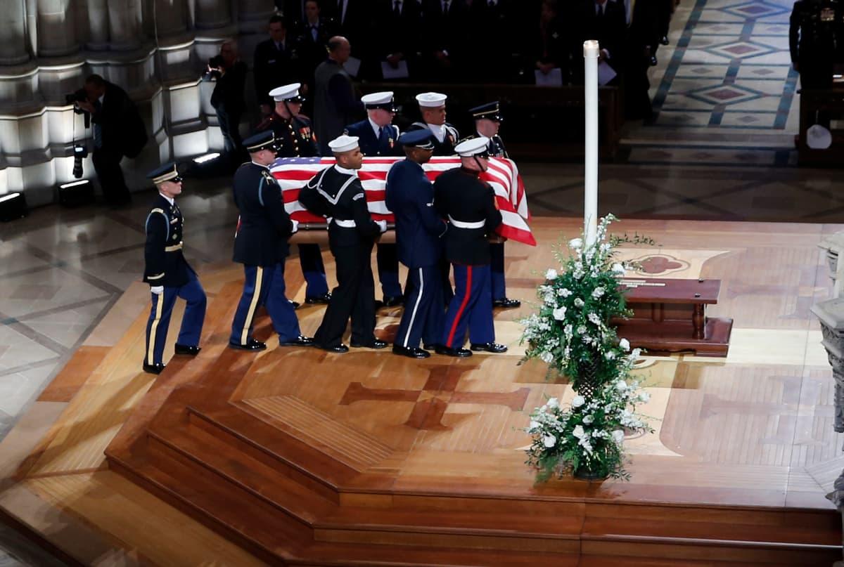 Torstaina presidentti George H. W. Bushin arkku siirretään Teksasiin hautausta varten.