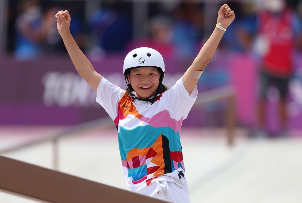 Momiji Nishiya juhli olympiakultaa naisten street-rullalautailussa.
