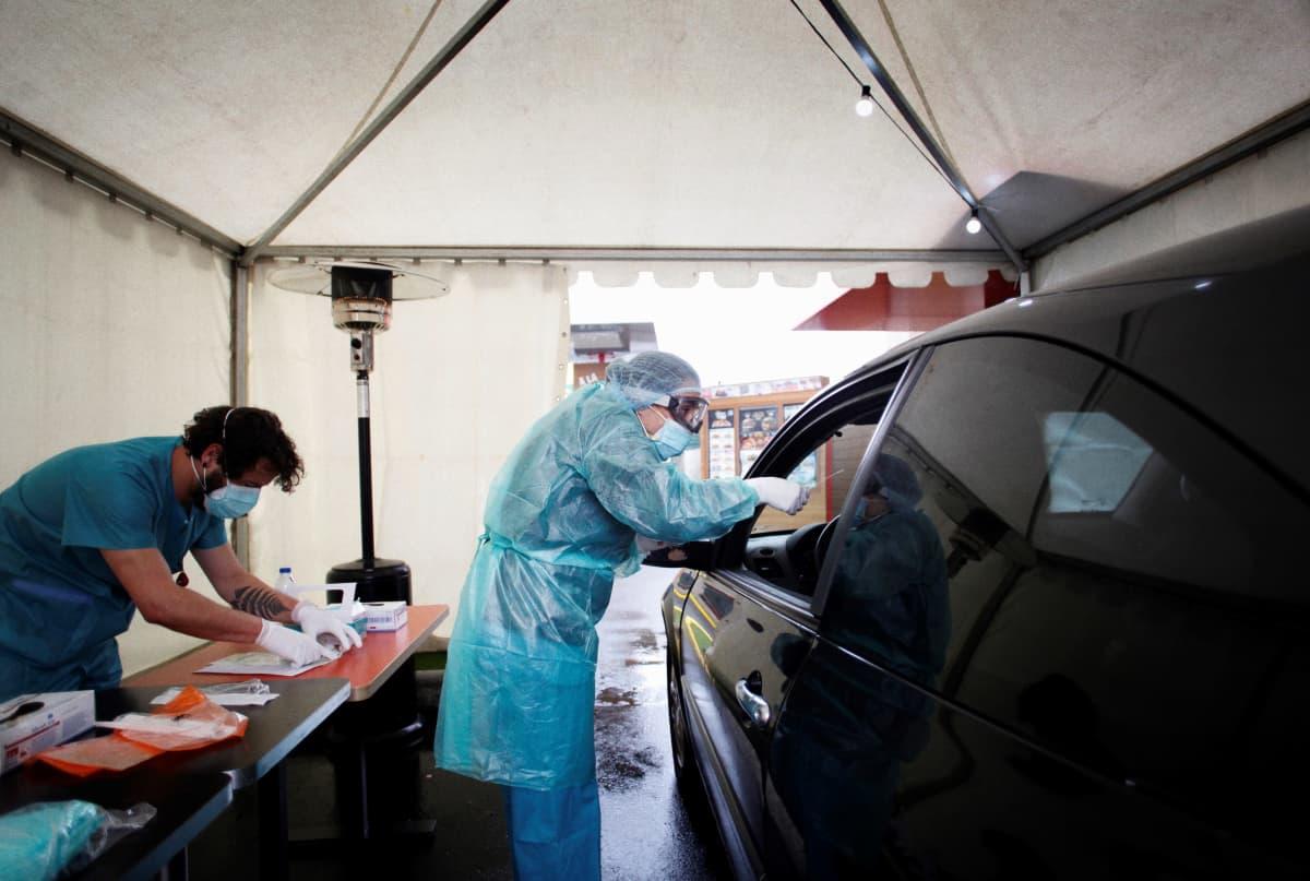 Ihmisiä testataan Coruñassa, Espanjassa sairaalan edustalle pystytetyssä teltassa, jonne testattava ajaa autollaan, eikä nouse autosta ulos näytteenoton ajaksi.