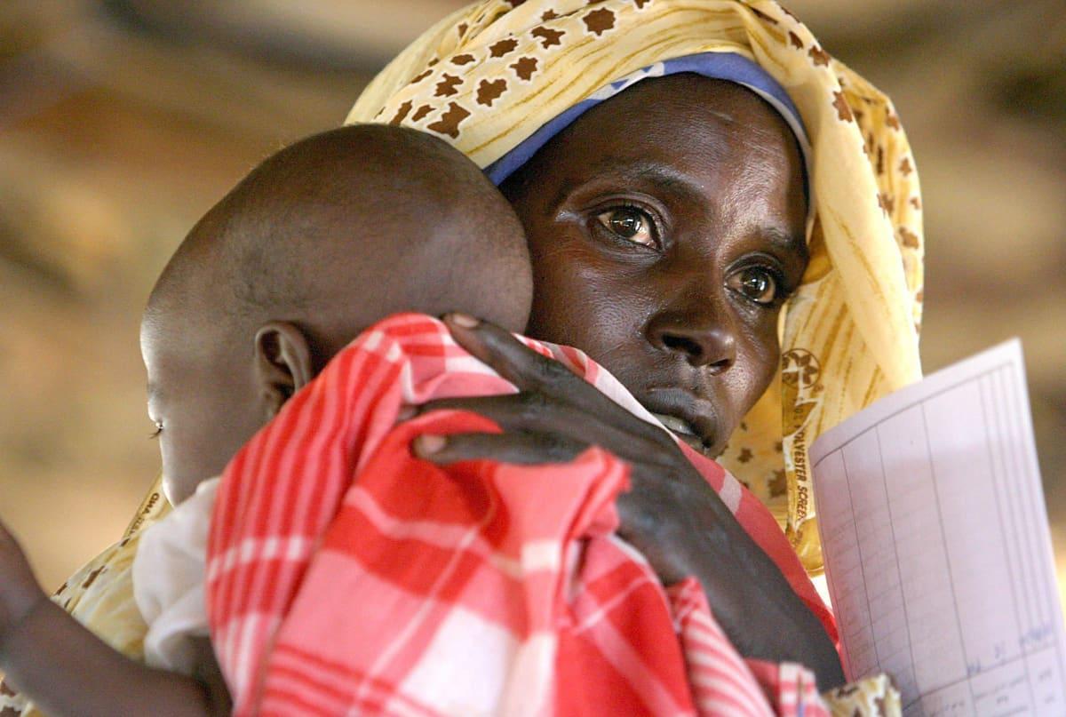 Äiti pitää vauvaansa sylissä.