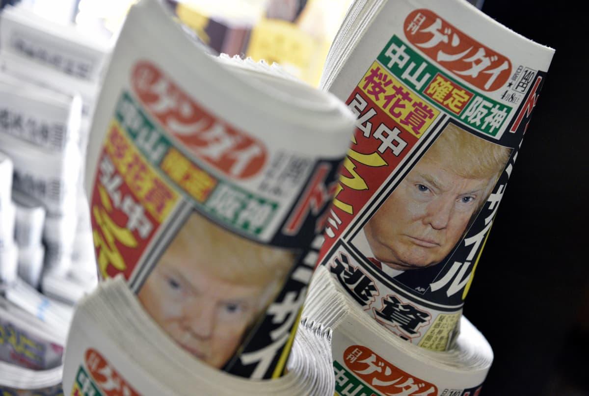 Presidentti Donald Trumpin määräämä ilmaisku Syyriaan oli pääuutinen ympäri maailman. Japanilaista sanomalehteä Nikkan Gendaita myytiin Tokion rautatieasemalla perjantaina 7. huhtikuuta 2017.