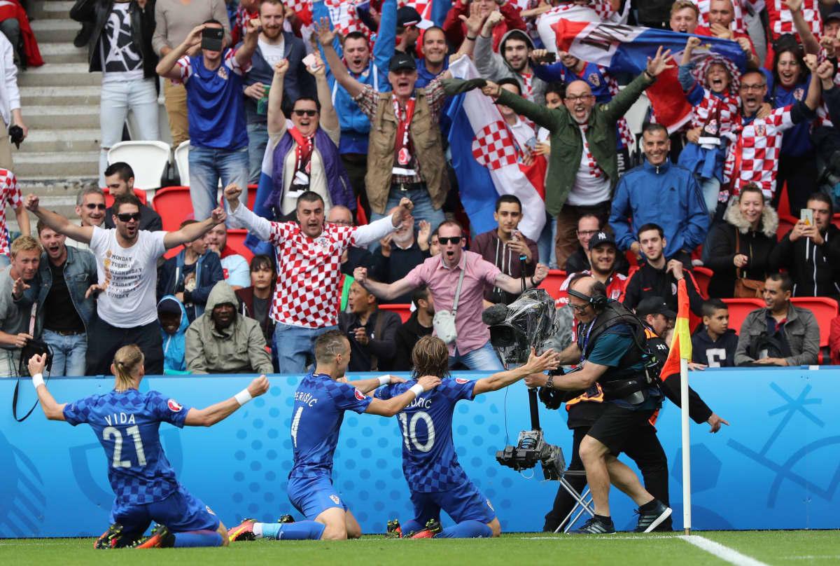 KRoatia ja fanit juhlivat Luka Modricin 1-0-osumaa Turkkia vastaan