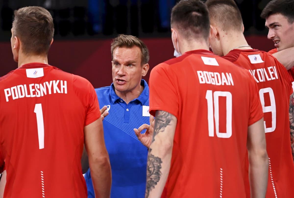 Tuomas Sammelvuo antaa ohjeita Venäjän olympiakomitean joukkueen pelaajille.