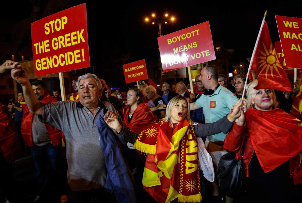 Mielenosoittajia Skopjessa