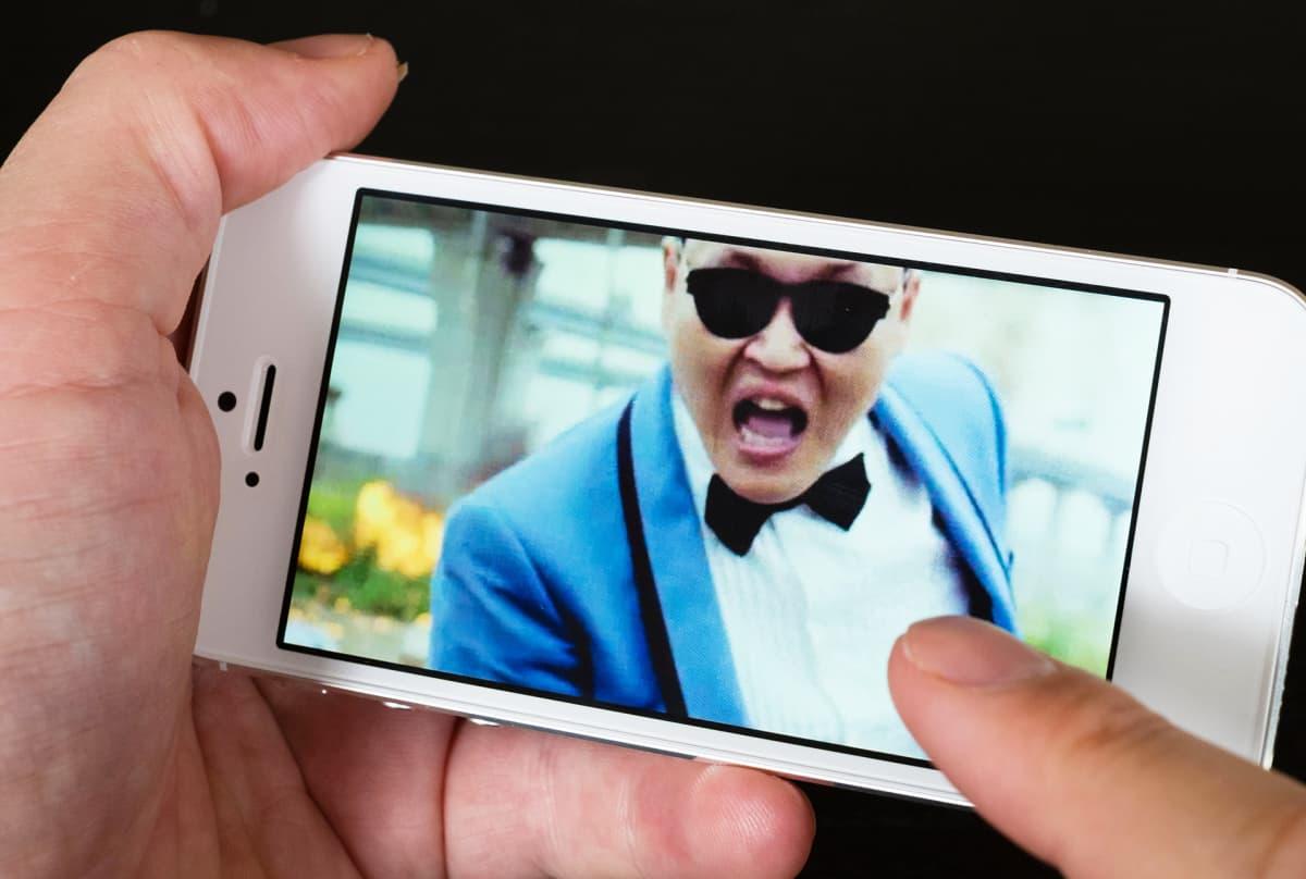 PSY:n Gangnam Style-video kännykän näytöllä.