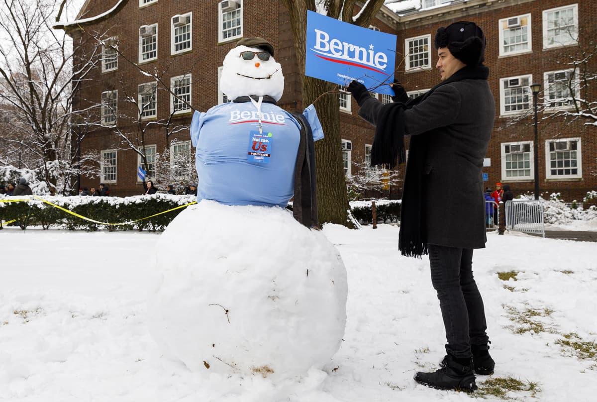 Mies korjasi Bernie Sandersia mainostavaa lumiukkoa Brooklynissa