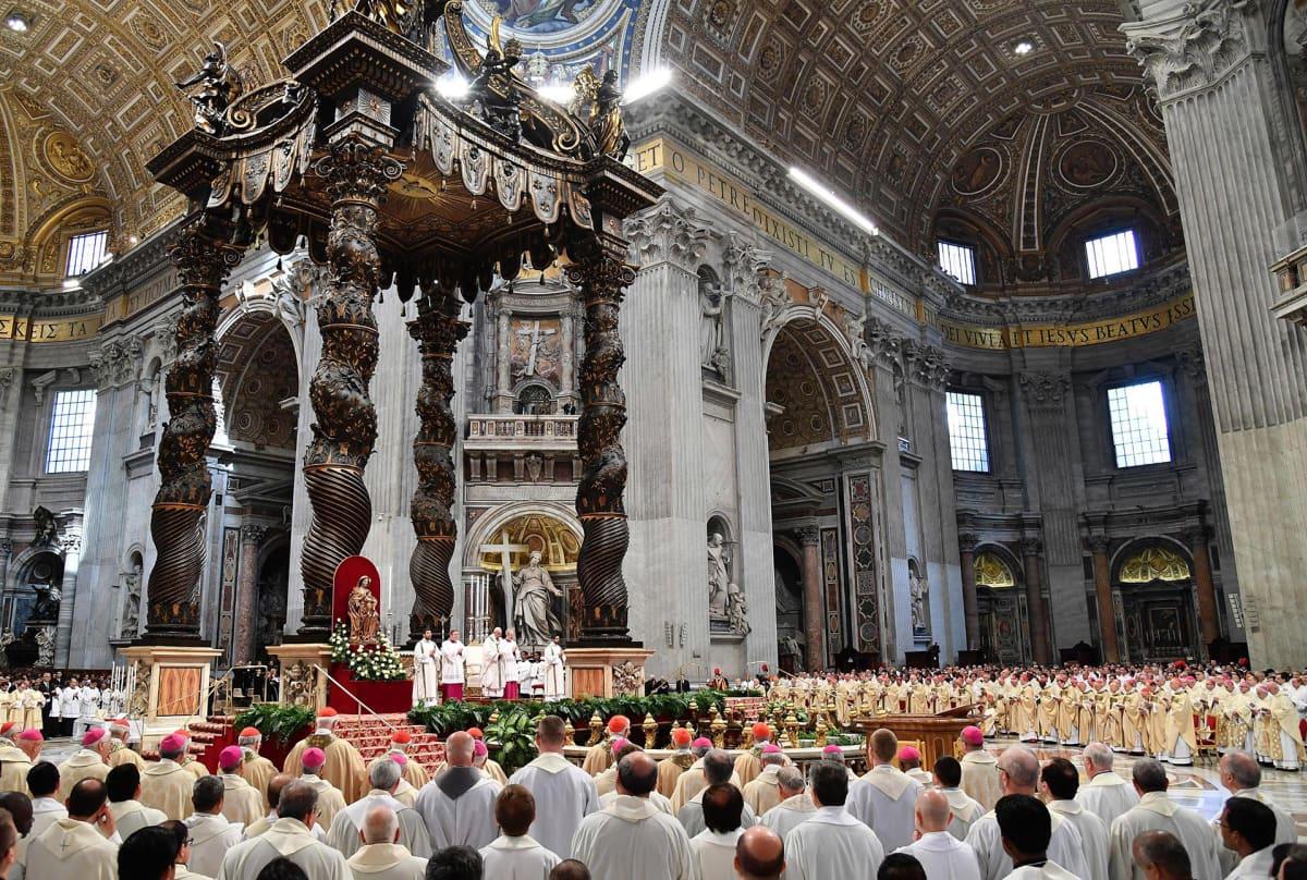 Paavi Franciscus siunaustilaisuudessa Pietarinkirkossa 13. huhtikuuta 2017 Vatikaanissa.