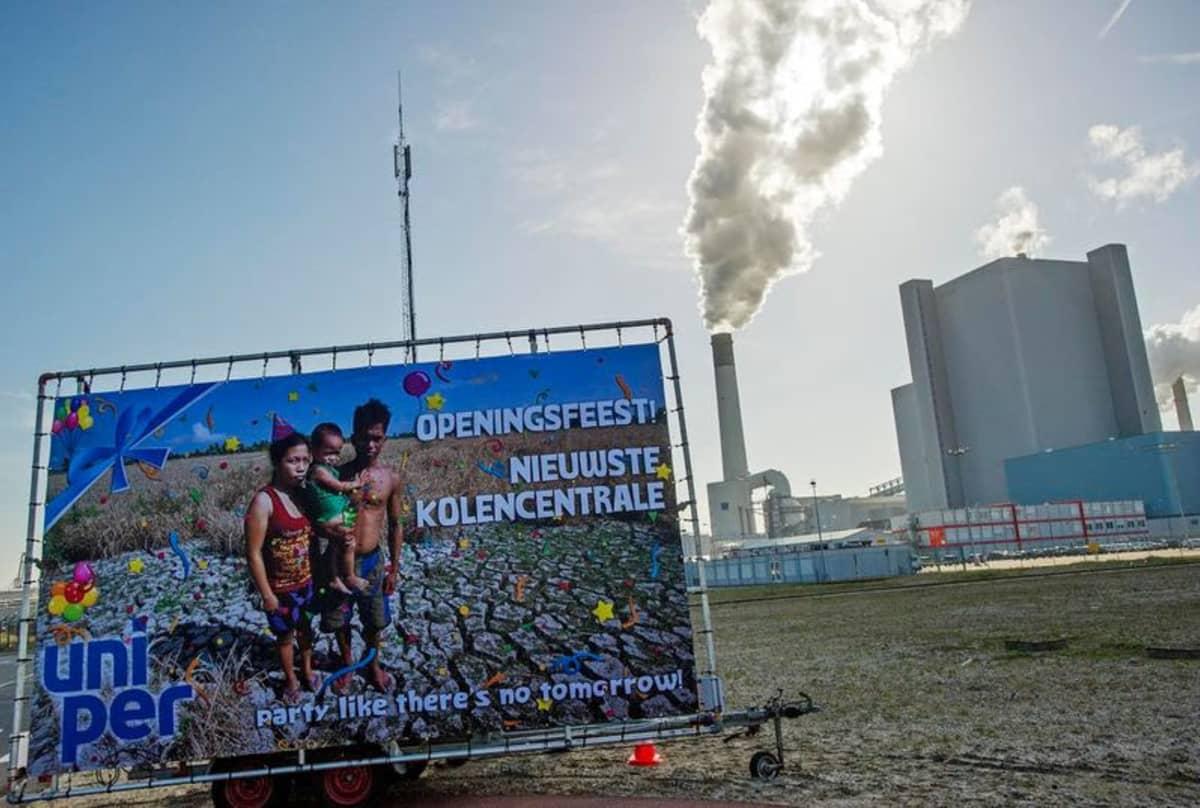 Juliste mielenosoituksessa Uniperin Maasvlakte 3 -voimalan avajaisissa