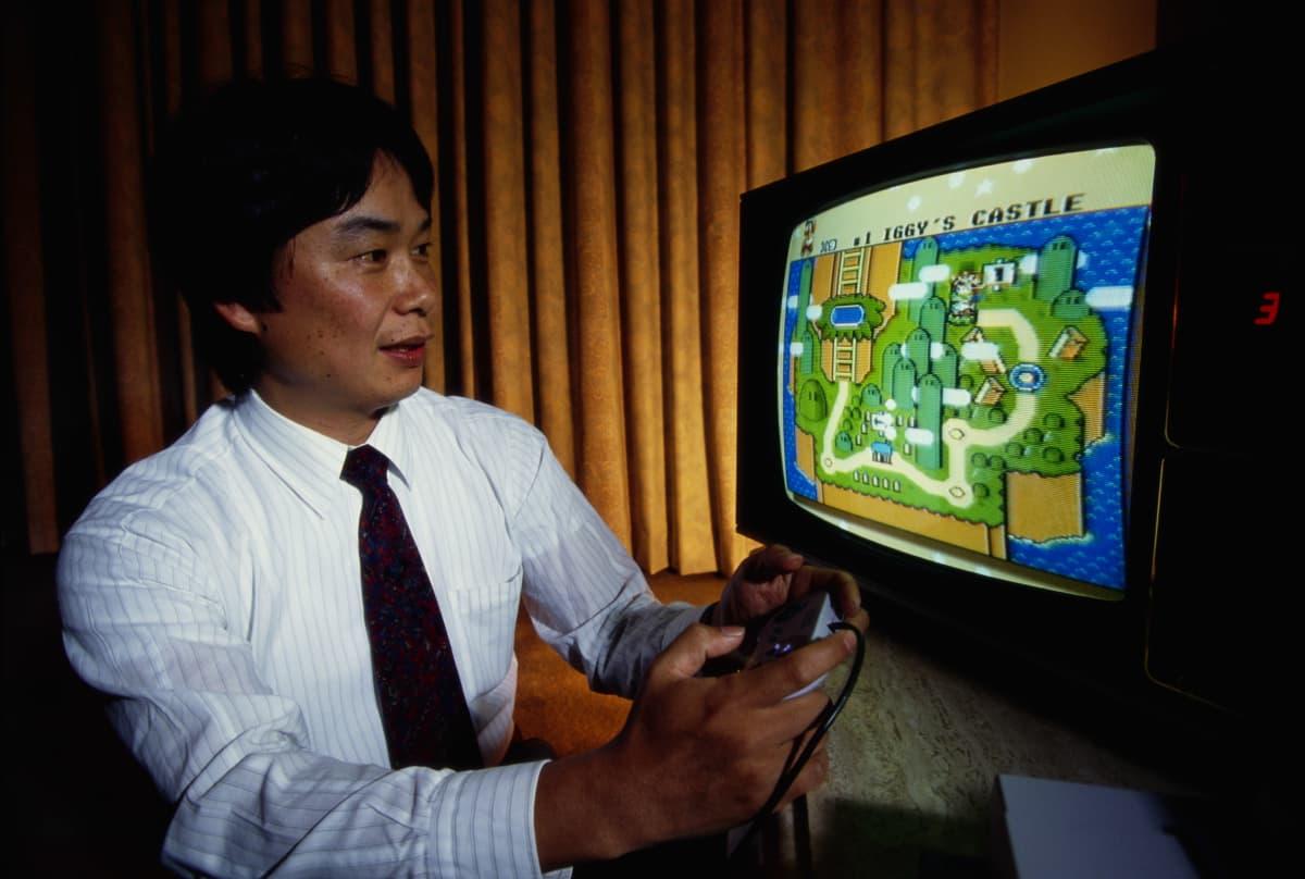 Shigeru Miyamoto pelaamassa Super Mario World -peliä.