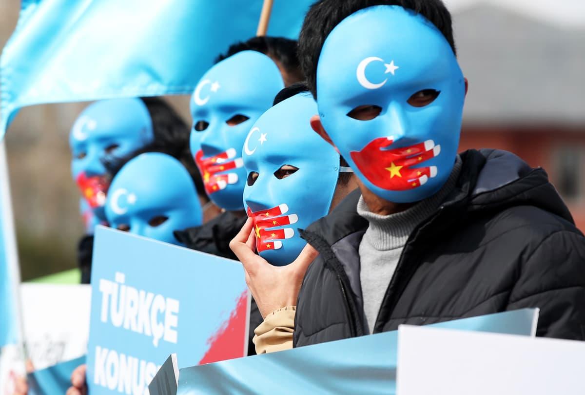 Kiinalaisten uiguurien oikeuksia vaativia mielenosoittajia Istanbulissa Turkissa.