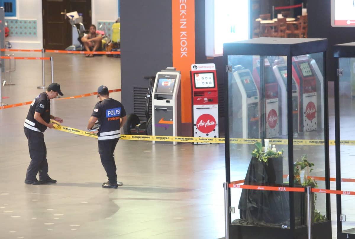 Poliisit kiinnittävät eristysnauhaa lentokentällä