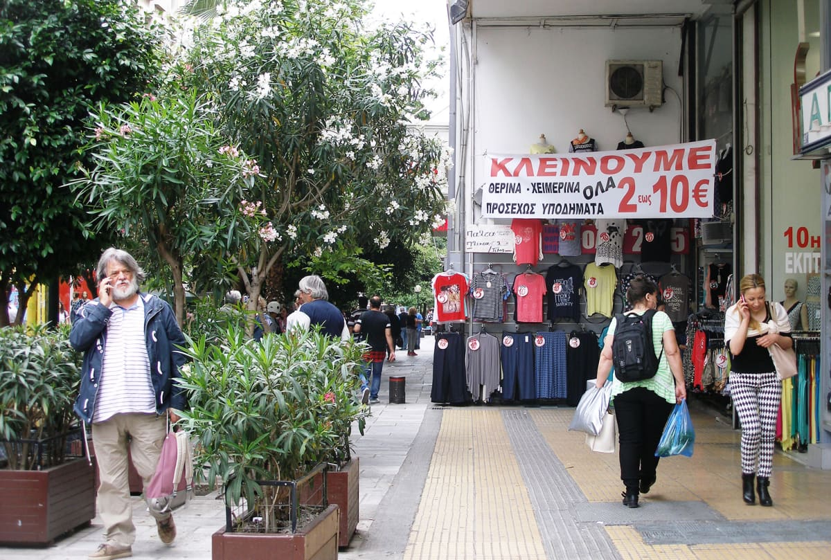 Vaateliikkeessä Ateenan keskustassa on loppuunmyynti 2-10 eurolla.