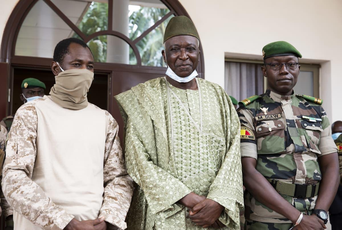 Assimi Goita, Bah Ndaw ja kenraali Malick Diaw poseerasivat kameralle syyskuussa.