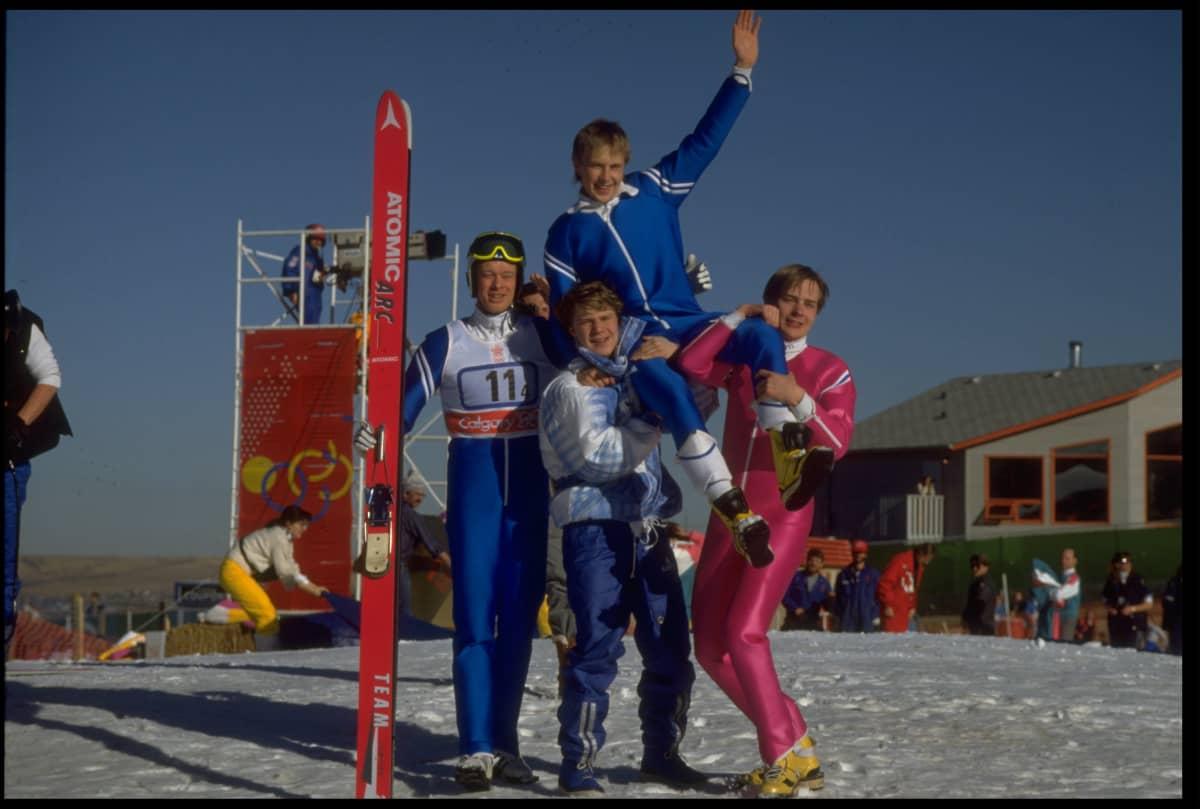 Suomen kultamitalijoukkue Calgaryn joukkuemäessä 1988