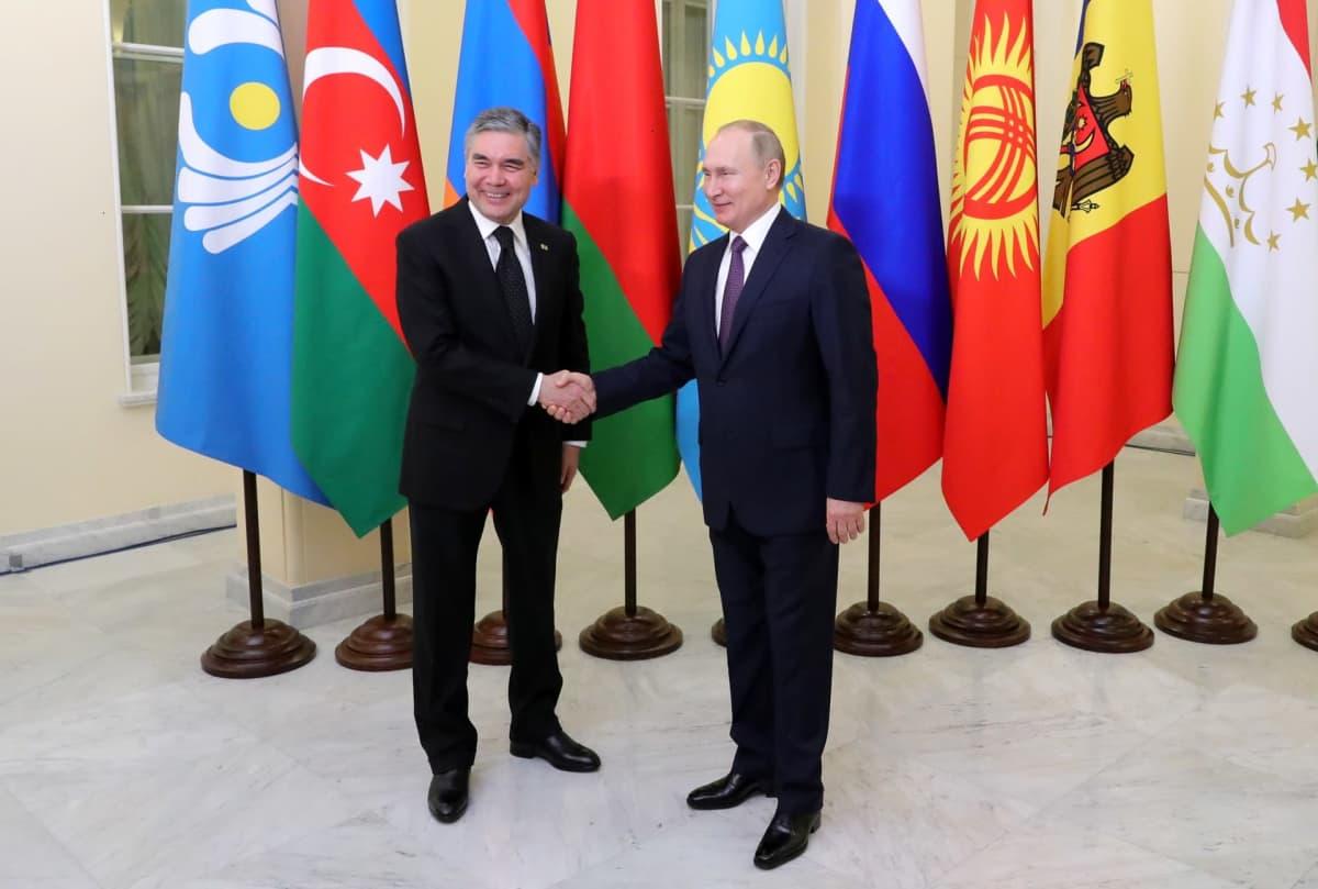 Turkmenistanin ja Venäjän presidentit kättelevät.