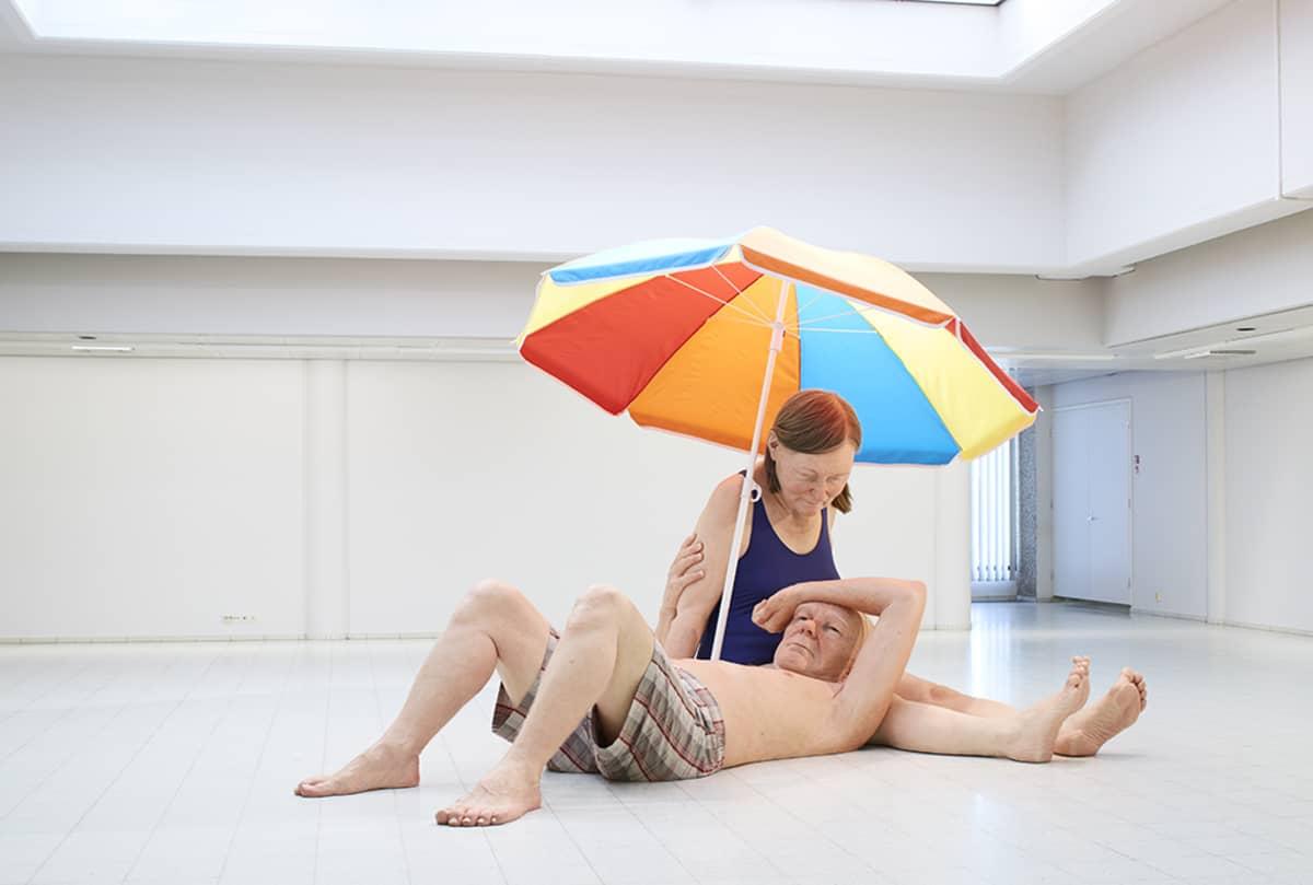Veistos, Couple under an Umbrella   Pariskunta varjon alla. Sekatekniikka, 300 x 400 x 350 cm. Courtesy Hauser & Wirth / Anthony d'Offay, London