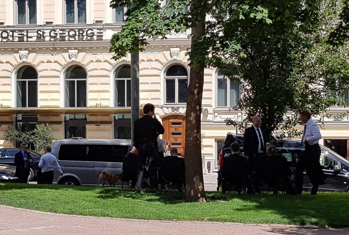 St.Georgen edustalla oli torstaina paljon mustiin pukeutuneita miehiä ja mustia autoja.